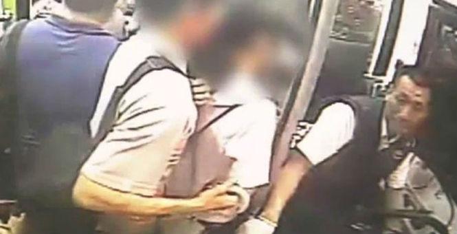 男子公交上身贴女生磨不停 被司机当场擒住