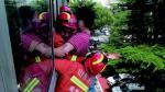 女子被困三楼窗外 威海四名消防队员合力救回