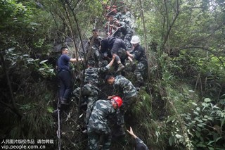 四川汶川:武警官兵安全转移55名被困群众