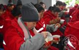 -30℃的腊八节 他们为吉林市环卫工送上热腾腾的腊八粥