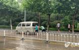枣庄突降暴雨,多辆汽车半米积水中熄火!山东迎来大范围降雨,这些地方仍有暴雨
