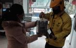 暖心!杭州居民亲手包饺子送防控一线保安社工