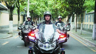 南京鼓楼铁骑穿行大街小巷 全副武装守护百姓