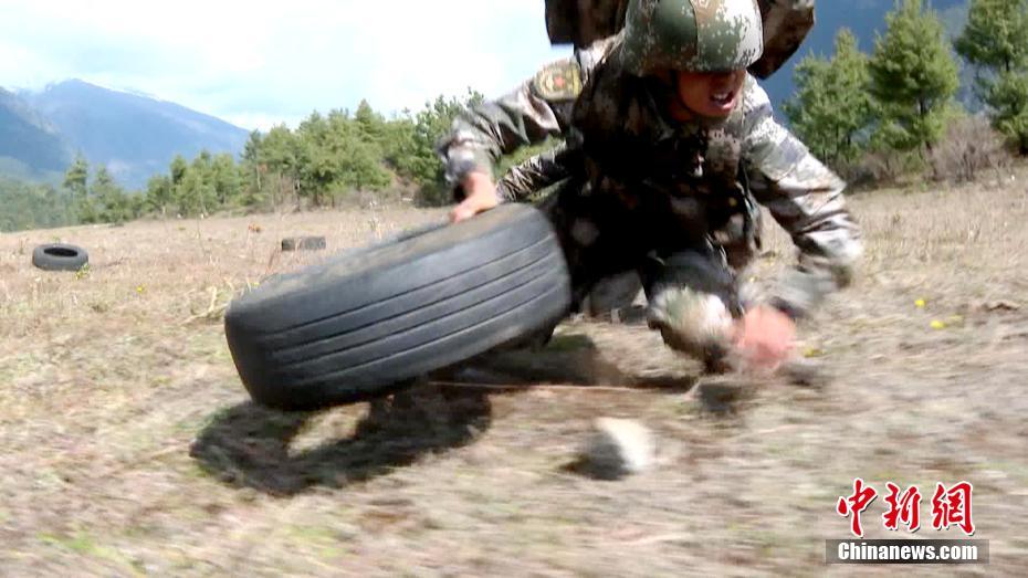 西藏军区边防某团野外驻训部队进行野外极限训练