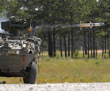 从M1134反坦克导弹车发射陶式反坦克导弹