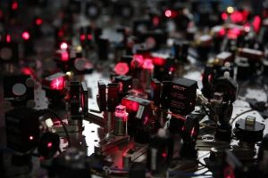 操作原子的激光器系统