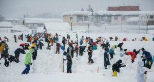 日本长野县饭山市举办了一场堆雪人活动