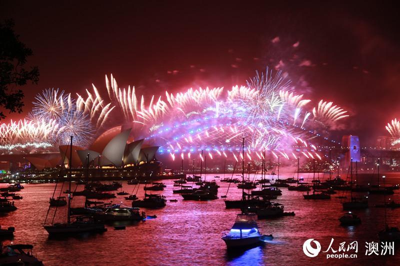 组图:悉尼跨年庆典举行 艳丽花火中迎接2020