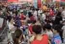 """超强台风""""山竹"""" 将袭击广东 湛江市民挤满超市抢购食品"""