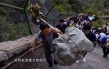 """攀登的脊梁 担子放肩上只能往前走!重汽集团年轻员工亲身体验泰山""""挑山工"""""""