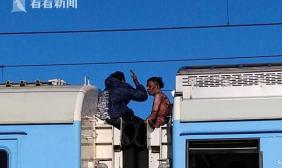 男子逃票爬火车顶 触电被烧皮肤脱落2天后身亡