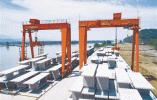 绕城西复线富春江大桥 首榀节段箱梁成功架设