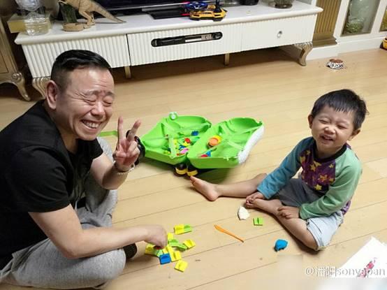 潘长江之女潘阳育有一子,潘长江十分疼爱他的外孙。
