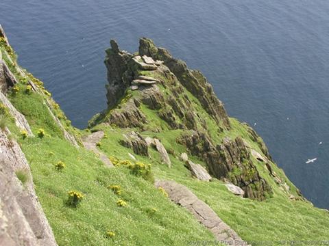"""朝圣者在访问修道院后,将攀上""""纪念石""""亲吻岩石以示虔诚"""