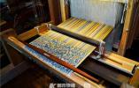 """中国丝绸博物馆年轻馆员和他的伙伴们复原了汉代织机,还用它织出了2000多年的织锦""""五星锦"""""""