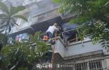 突发!杭州一居民小区发生火灾 消防架梯救下96岁被困老人