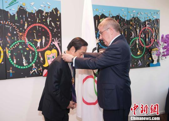 """国际奥委会主席托马斯·巴赫给中国艺术家韩美林颁发 """"顾拜旦奖""""。"""