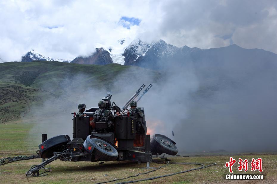高原防空兵实兵实弹锤炼全天候防空能力