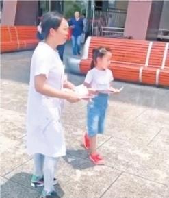 7岁女孩随护士妈妈街头宣传无偿献血