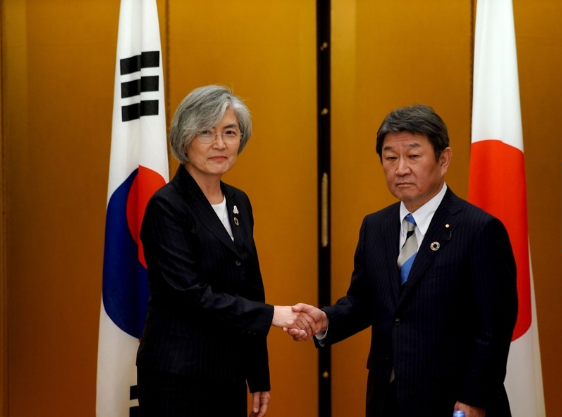 """推迟""""终止韩日军情协定""""后,日韩外长首次举行会面"""