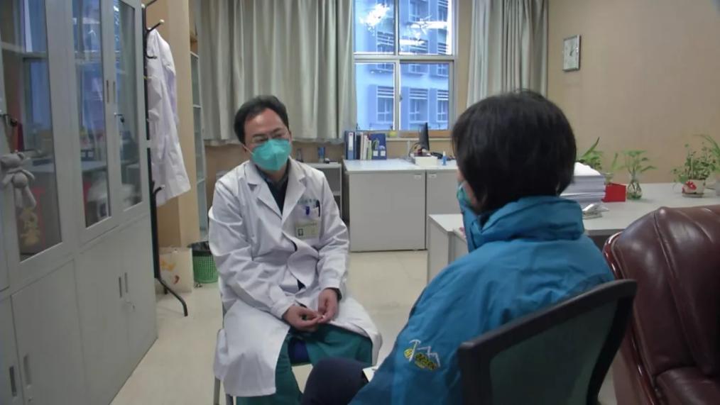 总台央视记者采访武汉一线医生:不想当英雄,只想父老乡亲不受病痛折磨