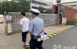高考生错过送考大巴在路口徘徊 民警准时将他送达考点