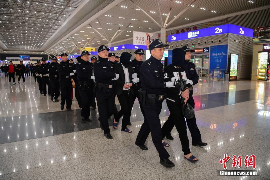 """郑州警方摧毁""""套路贷""""涉黑犯罪团伙 受害人达2.8万余人"""